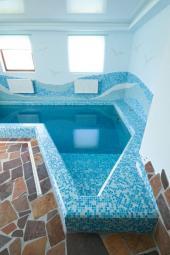 Obložený bazén, okolo bazénu byl zvolen přírodní kámen