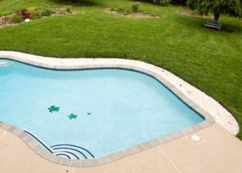 V exteriéru lze použít okolo části bazénu i oblázky