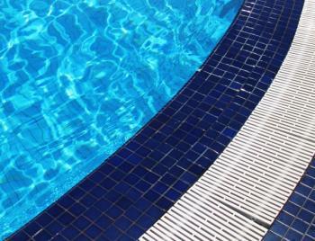 Keramická mozaika okolo bazénu se liší od té bazénové barvou, celek ladí