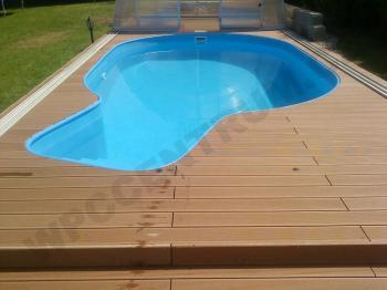 Přístup k bazénu z dřevoplastu