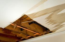 Poškozená sádrokartonová konstrukce