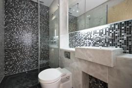 Kámen v koupelně v kombinaci s keramickými obklady