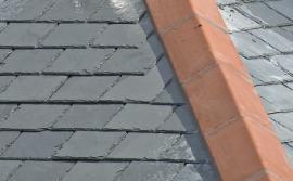 Střecha z břidlice, hřebenáč je v tomto případě keramický