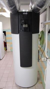 Ukázka začlenění čerpadla do technické místnosti (plastové vzduchovody z příslušenství Buderus jsou doplněny minerální izolací)