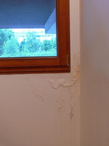 Důsledky nevhodné montáže oken, které se projevily v místě mezi okenním rámem a ostěním