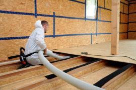 Detail foukání tepelné izolace Climatizer Plus do podlahy