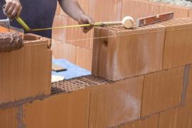 Zdění z broušených keramických tvarovek