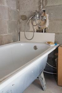 Nové instalace a vana v koupelně