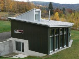 Jedním z řešení je plechová střecha, ideálně z uceleného střešního systému