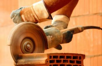 Oddělování keramiky bruskou