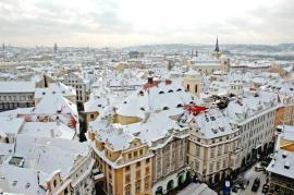 Zasněžené střechy městských domů