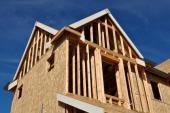 Rámová konstrukce dřevostavby se zpevňujícím záklopem z OSB desek