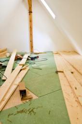Realizace dřevěné prkenné podlahy dokončené podkrovní místnosti