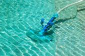 Čištění dna bazénu bazénovým vysavačem