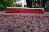 Zametání listí ze zpevněných ploch