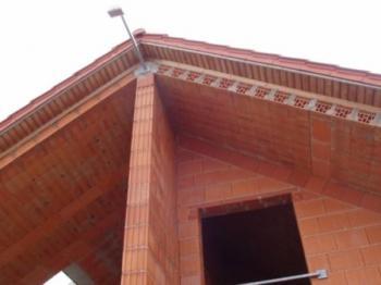 Zdivo z keramických tvarovek a keramické desky jako řešení šikmé střechy