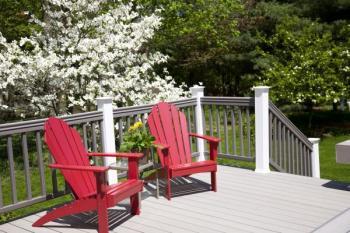 Dřevěný skládací nábytek opatřený barevným nátěrem