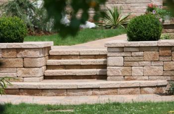 Zahradní zídka a schodiště z kamenů NATURBLOK