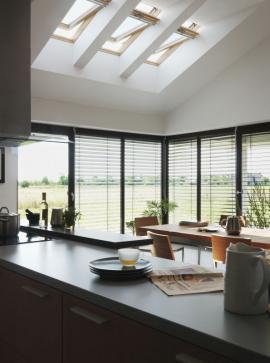 Kombinací fasádních a střešních oken lze dosáhnout až nadprůměrného prosvětlení interiéru a také účinného větrání pomocí komínového efektu. Zdroj: Velux