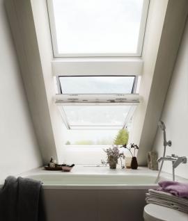 Pro místnosti s výskytem nadměrné vlhkosti jsou vhodná bílá bezúdržbová střešní okna VELUX. Zdroj: Velux