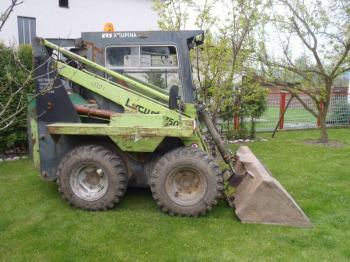 Minibagr napáchá na zahradě nejméně škod