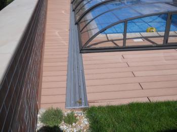 Obložení plochy kolem bazénu z WPC terasových prken