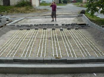Pokládka topných rohoží HMO pro vyhřívání venkovní plochy s krycí vrstvou ze zámkové dlažby