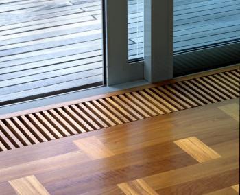 Kontrast šednoucího dřeva terasy a dřevěné podlahy