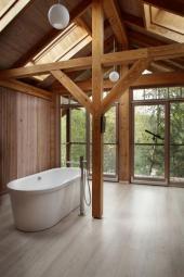 Přiznané části tesařských konstrukcí v interiéru koupelny