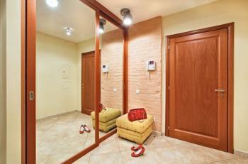 Vestavěná skříň s dveřmi zasklenými zrcadlem