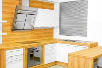 Kuchyňská linka z masivního dřeva v modernějším stylu