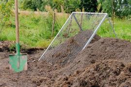 Kompost je třeba dobře prosít a nezetlelé zbytky použít do nového kompostu