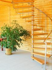 Dřevěné schodiště kombinované s kovovou konstrukcí