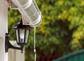 Voda může stékat i po řetízku