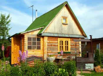 Střecha zahradního domku z vlnitého plechu