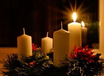 Bílé svíčky adventního věnce místo červených