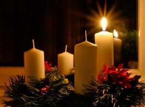 Zapálená první svíčka adventního věnce