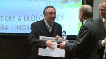 Petr Lysec ze společnosti Heluz přebírá ekologického Oscara