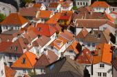 V této městské zástavbě převažují střechy valbové a polovalbové