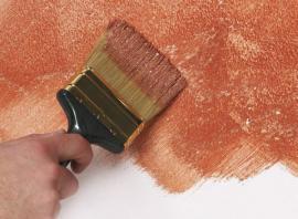 Štětec použitý při speciální malířské úpravě stěny