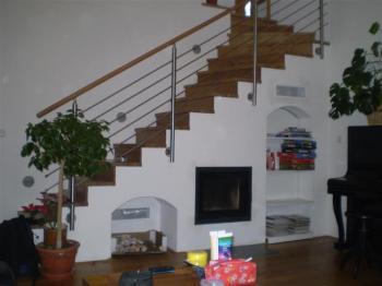 V tomto případě je krb tak trochu ukryt pod schodištěm, ovšem je zase využito místo, které bývá v domech problematické