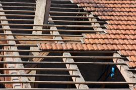Oprava krovu zpravidla začíná sejmutím původní střešní krytiny