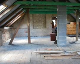 Opravený krov, vyměněné prvky poznáme podle zelené barvy po impregnaci