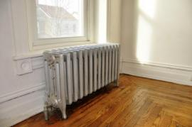 Starý radiátor a topné rozvody