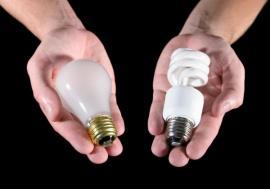 Klasická žárovka a úsporka se stejnými paticemi