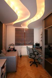 Stylové osvětlení instalované do stropního podhledu