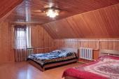 Podkrovní místnost obložená dřevěnými palubkami