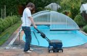 Čištění terasovek okolo bazénu