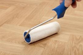 Dřevěné podlahy se lakují válečkem
