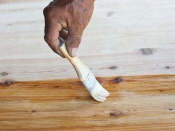 Nátěr dřevěné podlahy